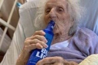Photo of 103 do not win! The old woman sipped her beer while lying in the hospital bed