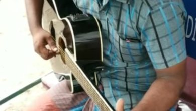 Photo of Science graduate Totowala sings a great song while playing a borrowed guitar, viral video